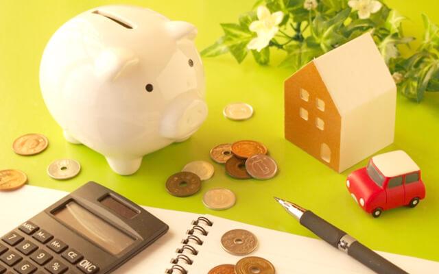 家計簿と豚の形の貯金箱